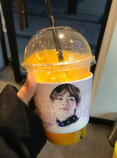 """""""I'm hanging out with ma bae and DRINKING ma bae. This is so strange"""" """"Saeng wtf"""" Mikki to Piper about Taehyung>>Awesome I need this drink Bts 2018, Taehyung, Bts Birthdays, Cup Sleeve, Idole, Kpop Merch, Kpop Aesthetic, Korean Food, Twitter"""