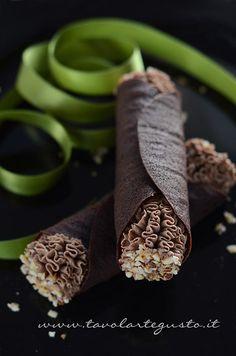 I Cannoli di cialda al cacao con Mousse al gianduia sono una creazione nata per il Contest delle care amiche Monica e Vale che vede come giudice il grande maestro Maurizio Santin. Volevo una prepar…