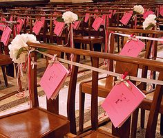 Décoration banc église mariage - Pratiques, ces petites pinces roses vous permettront d'accrocher tout ce que vous souhaitez ! Marque-place pour positionner vos invités, livrets de messe, décoration... http://www.mariage.fr/mini-pinces-marques-places-couleur-mariage.html