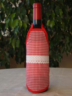 Delantal para botellas hecho de tejido algodón/poliéster y cinta de algodón. Lavable a 30 grados. Wine Bottle Covers, Bottles, Dishwasher, Soaps, Decorated Bottles, Fabrics, Personalized Aprons, Wine Bottles, Awesome