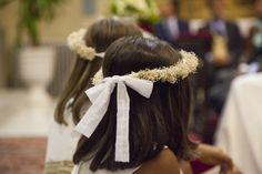 Coronas de flores de paniculata blanca  preservada y lazos de plumeti.