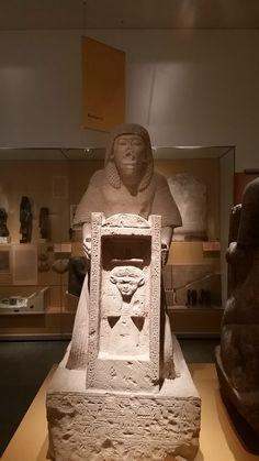 Tjaïry is onder meer opzichter van het rundvee van de farao. In de kapel van dit beeld prijkt het embleem van de godin Hathor, beschermster van de Memphitische begraafplaats.
