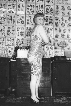Got a Girl Crush On: Elizabeth Weinzirl A doctor's wife who began getting tattooed at forty-seven, she was one of the first women to collect and show her tattoos recreationally. Read more about the secret history of women and tattoos! Et Tattoo, Tattoo You, Taboo Tattoo, Old Tattoos, Body Art Tattoos, Vintage Tattoos, Tatoos, Old Photos, Vintage Photos