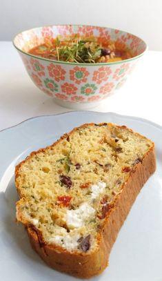 Ett saftigt och mjukt bröd fyllt med örter, ost och grönsaker. Brödet behöver varken knådas eller jäsas. Du kan även variera fyllningen efter smak. Ett perfekt bröd som du snabbt slänger ihop till soppan eller salladen.