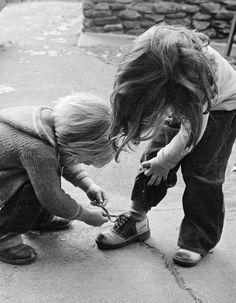 On cherche toutes et tous des tips, conseils et autres règles de vie pour tutoyer le bonheur. Bonne nouvelle, parmi eux, un phénomène tout naturel, gratos et surprenant : grandir avec une sœur, « état » qui augmenterait notre aptitude à être heureuses. Good news !