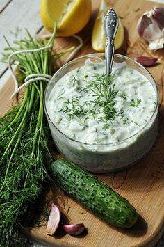 Klasyczny Sos Tzatziki Tzatziki Sauce, Albondigas, Healthy Salad Recipes, Food Inspiration, Dressings, Food Photography, Food Porn, Food And Drink, Cooking Recipes