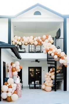 Cascading balloon garland in citrus hues at this backyard bridal shower. Photo: @thesnappyshrink Balloon Display, Balloon Garland, Wedding Balloons, Garland Wedding, Backyard Bridal Showers, Cd Design, Flower Cart, Giant Balloons, Butterfly Wedding