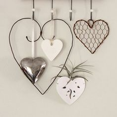 I love crafting with wire... it's easy and an inexpensive way to make unique gifts and home decor.