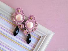 Dangle ~ The BOADICEA Earrings ~ long earrings - pink black earrings - pearl earrings - soutache jewels - PerleVanigliaDesigns on Etsy Macrame Earrings Tutorial, Soutache Tutorial, Earring Tutorial, Black Earrings, Statement Earrings, Pearl Earrings, Soutache Necklace, Earring Cards, Polymer Clay Charms