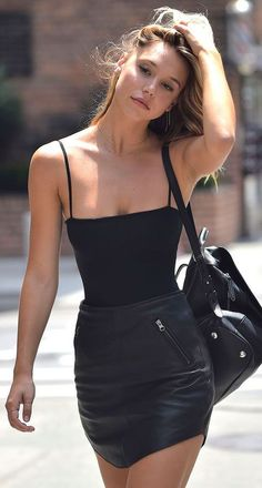42 Best Ideas How To Style A Leather Skirt Lest you think that leather skirts are only fads that will eventually go away after a few fashion seasons, think … Miami Outfits, Hot Outfits, Night Outfits, Summer Outfits, Fashion Outfits, Outfit Night, Model Outfits, Fashion Trends, Black Mini Skirt Outfit