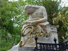 Frédéric François Chopin mourut le 17 octobre 1849, au 12 place Vendôme, à l'âge de 39 ans. Il fut enterré au cimetière du Père-Lachaise, après une cérémonie à la Madeleine, aux sons de sa célèbre marche funèbre. Sa tombe est ornée d'une statue d'Auguste Clésinger, mari de Solange Dudevant, fille de George Sand.