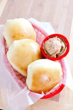A copycat recipe of the top-secret Texas Roadhouse Rolls is out -- and we're all in! recipes texas roadhouse rolls 25 Restaurant Copycat Recipes That Are More Delicious Than the Originals Texas Roadhouse Rolls, Texas Roadhouse Butter, Logans Roadhouse Rolls Recipe, Copycat Recipes Texas Roadhouse, Homemade Drop Biscuits, Homemade Rolls, Homemade Breads, Dog Biscuit Recipes, Butter Recipe