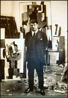photo noir et blanc : Pablo Picasso dans son atelier, 1915, artiste espagnol