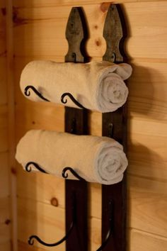 Towel rack made from picket fence and outdoor plant hangers – Towel hanger diy Picket Fence Crafts, Fence Post Crafts, Picket Fences, Fence Board Crafts, Fence Boards, Do It Yourself Furniture, Old Fences, Old Wood, Ux Design