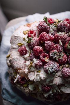 The famous pavlova cake: an irresistible, airy dessert that boasts a crisp meringue shell and marshmallowy inside. Enjoy this delicious pavlova cake recipe. Bolo Pavlova, Popsugar Food, Wedding Cake Flavors, Wedding Cakes, Summer Berries, Cookies Et Biscuits, Food Photography, Dessert Recipes, Dessert Food