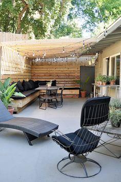 DIYで作り込んだパーゴラ付きのパティオ的な屋外ダイニングスペースを庭側からのぞむ