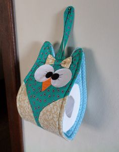 Porta Papel Higiênico Diy Toilet Paper Holder, Toilet Paper Roll, Paper Holders, Sewing Tutorials, Sewing Projects, Diy Projects, Bathroom Crafts, Soft Furnishings, Crochet