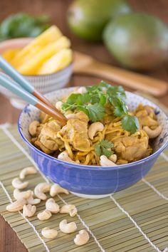 In dit gerecht maak ik gebruik van pastinaaknoodles, supersnel gemaakt met een spiraalsnijder. Met een lekkere Thaise curry erbij!