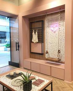 A imagem pode conter: área interna Showroom Interior Design, Boutique Interior Design, Boutique Decor, Retail Interior, Colorful Decor, Colorful Interiors, Store Design, Design Shop, Retail Design