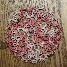 """""""#tattinglace #タティングレース #タティングレース作品集 #ピンク #白 #ドイリー #ハンドメイド #handmade  色違いで3色結ったドイリー 2色は嫁いで行きました 一緒にこのコも…って思ってたんだけど… Σ(・□・;) ピコを一ヶ所間違えて切ってしまった 。・゜・(ノД`)・゜・。…"""""""