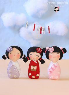 Essas três Kokeshis são amostras que a cliente aprovou para o aniversário de suas filhas Miki e Yume. Elas adoraram! E eu amei fazê-las!  A...
