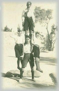 عرض رياضي لطلاب من مدرسة الفرير الناصرة، فلسطين ١٩٢٦  Athletic show by students of the School of Frere Nazareth, Palestine 1926  Atlético mostrado por los estudiantes de la Escuela de Frere Nazaret, Palestina 1926