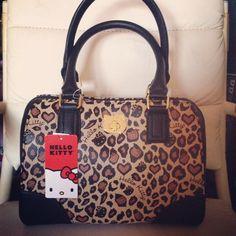 Perfect combination: Hello Kitty and Leopard print! Hello Kitty Colouring Pages, Hello Kitty Purse, Animal Print Fashion, Old Cats, Online Bags, Cheetah Print, Sanrio, Louis Vuitton Speedy Bag, Handbag Accessories