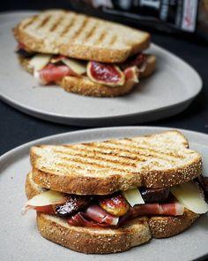Hoy toca un #SándwichdeAutor en nuestro #Toastday!   Un delicado y a su vez atrevido #sandwich con #higos #jamón y #queso!   La #receta:  Corta cuatro higos en cuartos y ponlos en una sartén durante 5 minutos que caramelicen  Tuesta dos rebanadas de pan de @oroweatesp   Monta tu sandwich con los higos el jamón y unas virutas de queso cortado bien finito  Listo para comer!   #gastropindoles #gastrotalkers #instafood #foodporn #yummy #thekitchn #vscofood #f52grams #gastronomia_clikcat…