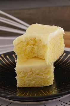 Easy Lemon Slice The easiest and most delicious baked Lemon Slice ever…. with the BEST creamy & tangy lemon frosting – this is such a quick, simple and classic recipe. Lemon Recipes, Baking Recipes, Sweet Recipes, Cake Recipes, Lunch Box Recipes, Snack Recipes, Snacks, Easy Desserts, Delicious Desserts