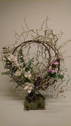 Hergestellt von Ineke Source by biankahaesche Deco Floral, Floral Design, Flower Frame, Flower Art, Art Floral Noel, Contemporary Flower Arrangements, Ikebana Arrangements, Church Flowers, Unusual Flowers