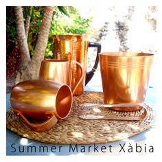 La Conserva ofrece objetos y mobiliarío Vintage, este es un juego de jarra, cubitera y tazas de metal, encuentralo en Summer Market Xàbia.