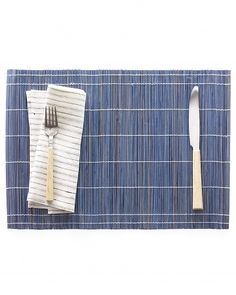 Dip-Dyed Bamboo Place Mats - Martha Stewart Entertaining Crafts They can be dyed special colors for special occasions Shibori, Home Crafts, Diy And Crafts, Rit Dye, Tiki Party, Party Party, Deco Table, Diy Projects To Try, Art Projects