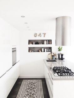55 Crazy Black and White Kitchen Decor Ideas - About-Ruth Kitchen Dinning, New Kitchen, Kitchen Decor, Kitchen Tiles, Dining Room, Stylish Kitchen, Kitchen White, White Kitchens, Kitchen Shelves