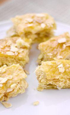 Zutaten: 250 g Fertig-Filoteig (8-10 Blätter) 250 g gehobelte Mandeln 125 g gemahlene Mandeln 100 g Zucker...
