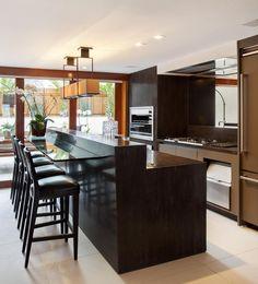As cozinhas com ilha estão em alta, estas conferem praticidade e beleza ao ambiente. Aprenda a organizar esse tipo de cozinha.