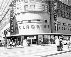 Yes old San Francisco. always a meeting place for me and my Mom. lunch counters in the basement. go to Emporium from the basement. bargain basement in the Emporium. smokey womens' lounges with taped yellow plastic lounge seats. Nostalgic Images, Vintage Travel Posters, Black And White Pictures, City Streets, Vintage Pictures, Vintage Photographs, Back In The Day, The Best, Beautiful Places