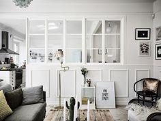 Post: Un tercio de la vivienda para la cocina --> blog decoración nórdica, casas amplias para dos, cocina grande piso pequeño, decoración interiores, gran mesa comedor, piso sueco, pisos con paredes de cristal, sillas thonet 209, Un tercio de la vivienda para la cocina,salón,sofá gris,pared cristal