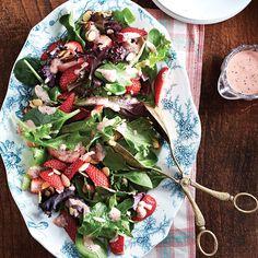 Salade d'été et vinaigrette à la rhubarbe / Une salade colorée parfaitement de saison, qui allie rhubarbe, fraises et mesclun.