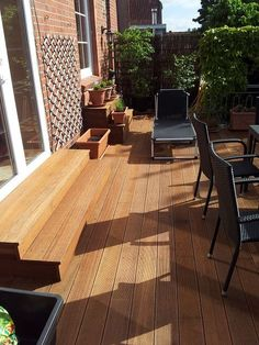 erh hte terrasse aus bangkirai mit holztreppe und au entreppe garten pinterest garten. Black Bedroom Furniture Sets. Home Design Ideas