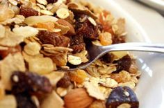 Quick, simple and healthy, this versatile, homemade low-fat granola is more than just a breakfast cereal: add dried fruit for a portable snack, or combine with yogurt and berries for an amazing parfait. Heart Healthy Recipes, Brain Food, Healthy Living, Eating Healthy, Healthy Meals, Weight Gain, Food Inspiration, Food To Make, Nutrition