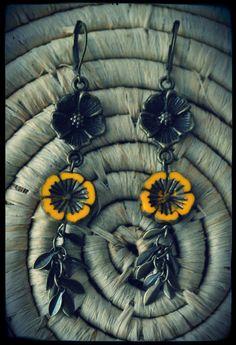 Boucles d'oreilles pendante fleur jaune , grappe de feuilles et fleur de laiton : Boucles d'oreille par c-moi-k-fee Bijoux Shabby Chic, Polymer Clay, Resin, Wreaths, Fall, Etsy, Ideas, Decor, Yellow Flowers