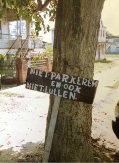 No parking here. Hier niet parkeren. Paramaribo (zomer 2013).