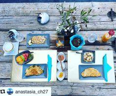 Luxury Suites Santorini combines a world of beauty and tradition! Imerovigli Santorini, Turquoise Kitchen, Turquoise Color, Luxury Living, Luxury Travel, Table Settings, Drink, Nice, Breakfast