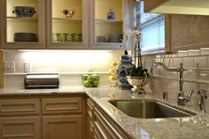 6 Simple and Stylish Tricks: Small Kitchen Remodel Townhouse long kitchen remode. 6 Simple and Sty Wood Floor Kitchen, Long Kitchen, 1970s Kitchen, Narrow Kitchen, Stylish Kitchen, Cheap Kitchen, Vintage Kitchen, Home Design, Condo Kitchen Remodel