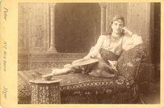 Poter, Alger, Une femme allongée sur un canapé oriental pose Vintage Print Carte