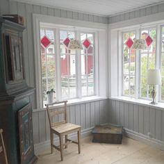 "Söndag.  ""Å släkten kommer om en timme"" ☕️ På fika å lite korvgrillning☺️ I lööv to grilla  The view from the glass veranda towards the backyard and the middle and small house #söndag #kalas #13år #glasveranda #gamlahus #inredning #fönster #gammalt #oldhouse #windows #sunday #interiordesign #design #instapicture #loveit #oldthings #things #old #gamlating #finasaker #things #ljus #panel #skåp #stol #kista"