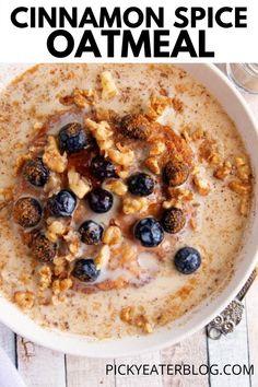 This Easy Cinnamon Spice Oatmeal is a delicious and healthy breakfast that can be made on the stove top or in the microwave. Ready in under 20 minutes, kid-friendly, easily made vegan or gluten-free — the perfect start to a fall day! Healthy Vegetarian Breakfast, Healthy Oatmeal Recipes, Vegetarian Recipes Dinner, Healthy Food, Dinner Recipes, Oatmeal Breakfast Recipes, Brunch Recipes, Healthy Blueberry Recipes, Vegan Recipes