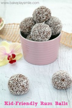 This is the easiest Kid-Friendly Rum Balls – simply combine crushed biscuits, cocoa, coconut and condensed milk to make these delicious little treats! Köstliche Desserts, Sweets Recipes, Baking Recipes, Delicious Desserts, Christmas Lunch, Christmas Cooking, Christmas Recipes, Christmas Treats, Christmas 2019