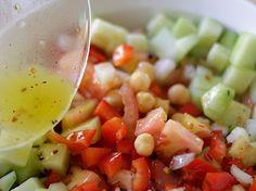 Saludable, colorida y refrescante Ensalada de Garbanzos. Una receta simple pero sabrosa, inspirada en la cocina Mediterránea... Seguro les va a encantar!