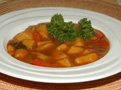 Kytičkový den - Bramborový guláš-kastrol vymažeme olejem ( rostlinným ) a orestujeme cibuli ,přidáme nakrájené brambory, mletou papriku, gulášové koření, kostku zeleninového bujonu, houby , osolíme , opepříme a zalijeme vodou. Povaříme, přidáme nakrájenou jarní cibulku a červenou papriku , majoránku. Až vše změkne zahustíme hladkou moukou rozmíchanou ve vodě. Dochutíme kořením a provaříme. K tomuto gulášku si můžeme dát i pečivo , samozřejmě tmavé ! Delena, Ratatouille, Thai Red Curry, Ethnic Recipes, Food, Essen, Meals, Yemek, Eten